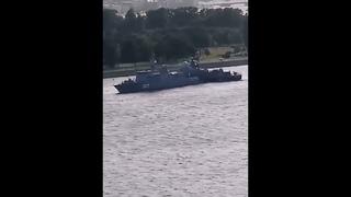 Два военных корабля столкнулись на Неве из-за сильного ветра (Видео).