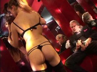 В элитном клубе мужик снял двух телочек и сразу трахнул