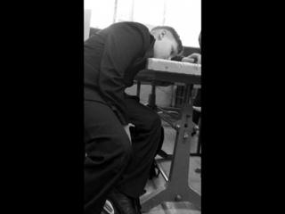 Сэд бой сидел на уроке, и неожиданно умер, потом он выжил и заржал